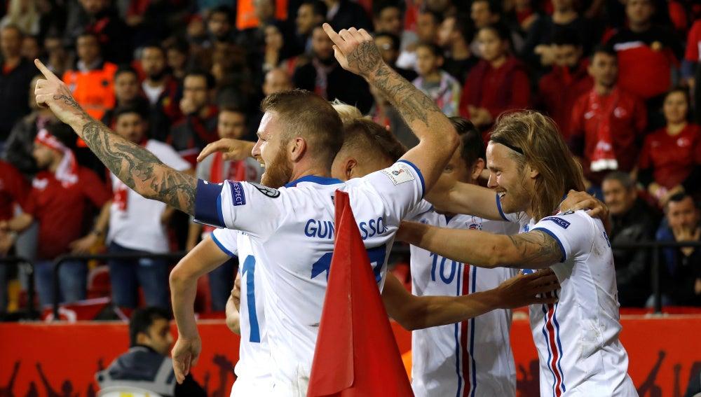 Los jugadores de Islandia celebran uno de sus goles ante Turquía