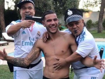 Theo Hernández, con dos enanos