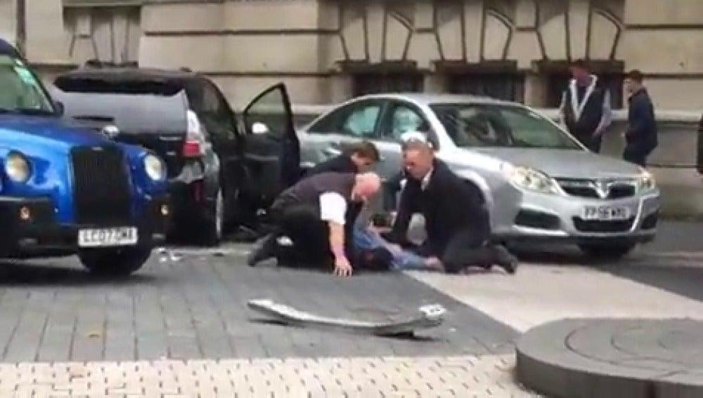 Varias personas reducen al detenido por el atropello de Londres antes de que llegue la Policía