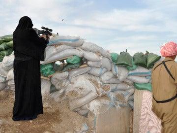 Una terrorista islámica disparando