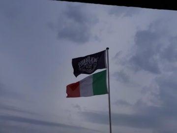 La bandera de una conocida marca de whisky junto a la italiana, en el balcón del vecino acusado