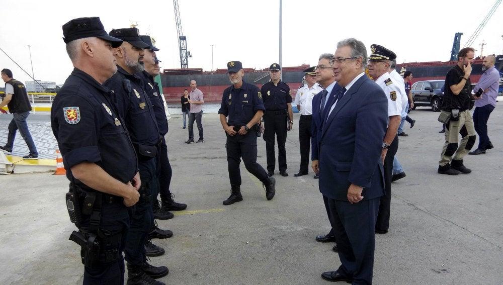 Fotografía facilitada por el Ministerio del Interior del titular, Juan Ignacio Zoido, durante su visita a Barcelona