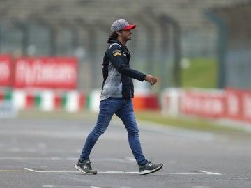 Carlos Sainz camina por Suzuka