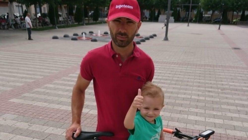 Pablo junto a su padre, José Luis, que ha recorrido 650 km en bicicleta en una sola etapa para recaudar fondos para el neuroblastoma
