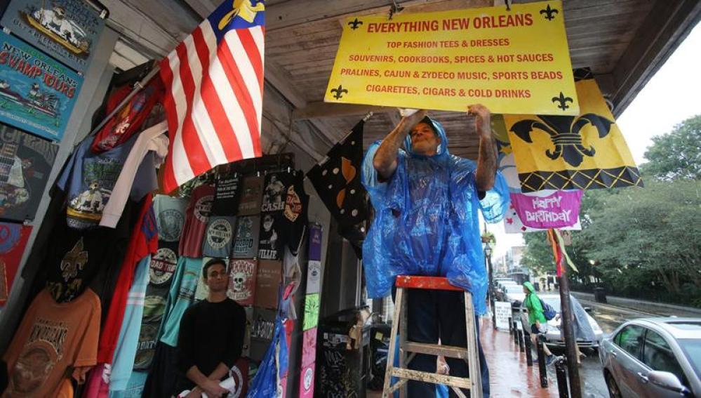 Los vecinos de Nueva Orleans se preparan para el huracán Nate