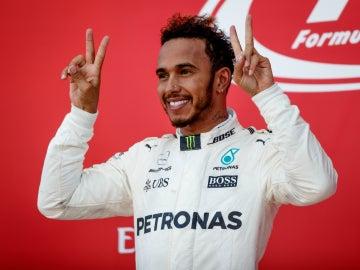 Hamilton hace el gesto de la victoria con ambas manos