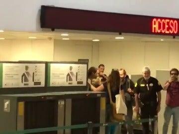 Pablo Iglesias, abucheado en la estación de Sants de Barcelona por manifestantes a favor de la unidad de España