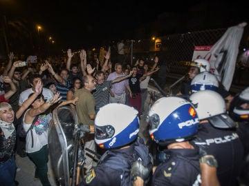 Los manifestantes cercan a una de las unidades de la Policía Nacional