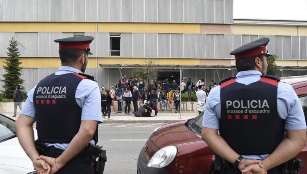 Dos agentes de los Mossos ante un punto de votación el pasado domingo