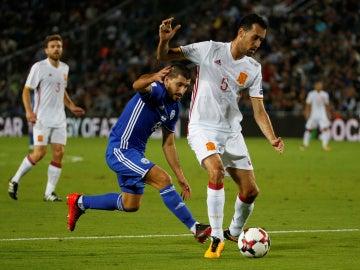 Busquets protege un balón ante la marca de un jugador de Israel