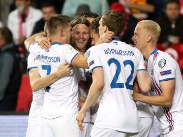 Islandia celebra en grupo un gol