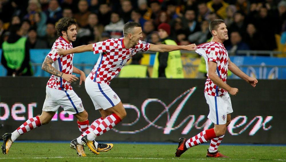 Kramaric celebra con Perisic y Vrsaljko el gol de la victoria