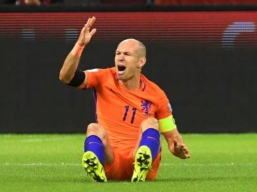 Robben, enfadado, no pudo evitar el descalabro de una Holanda que no estará en el Mundial de Rusia