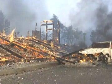 Al menos 10 muertos y 20.000 evacuados por una quincena de incendios forestales en California