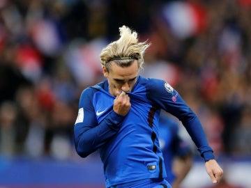 Griezmann se besa el escudo de Francia