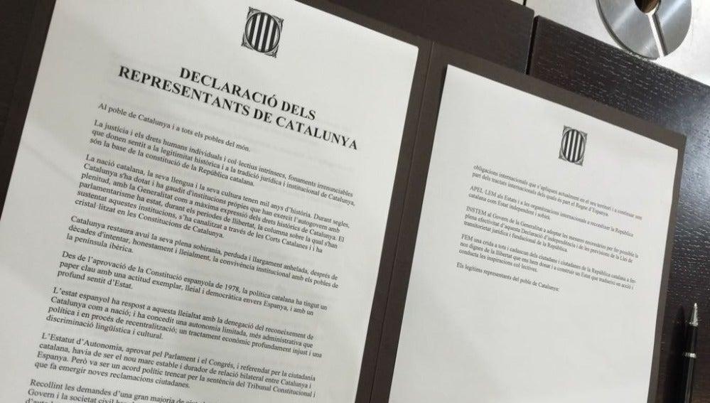 Documento que están firmando en el Parlament