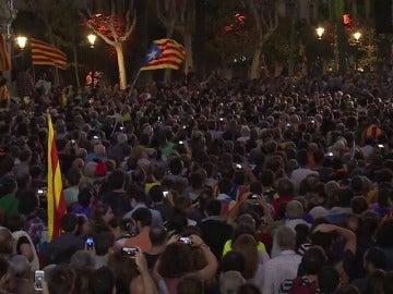 De la euforia a la tristeza: así ha vivido la gente el discurso de Puigdemont