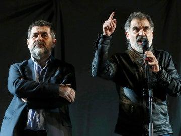 El presidente de la Asamblea Nacional Catalana (ANC), Jordi Sánchez (i) y el presidente de Omnium Cultural, Jordi Cuixart