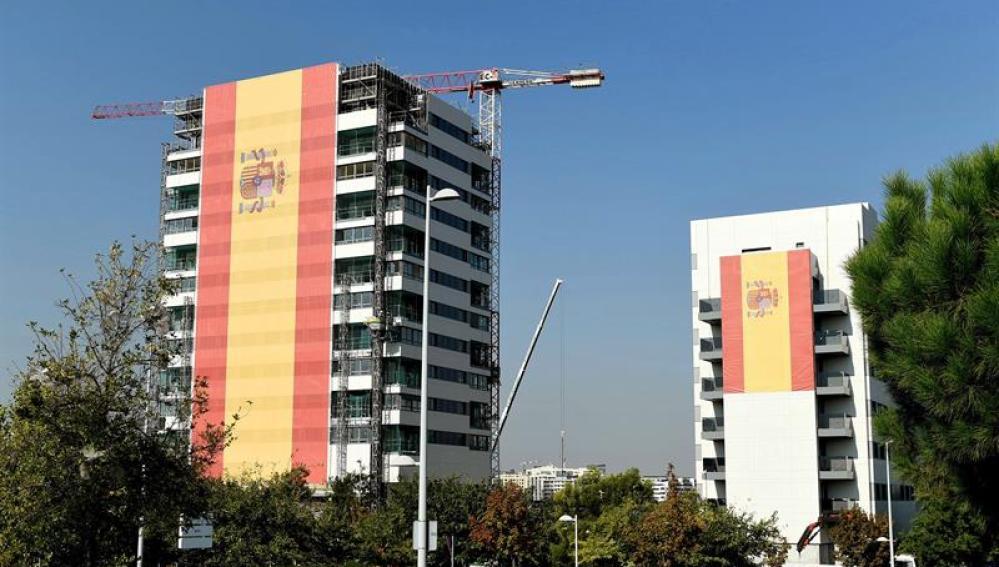 La bandera de España desplegada en Valdebebas