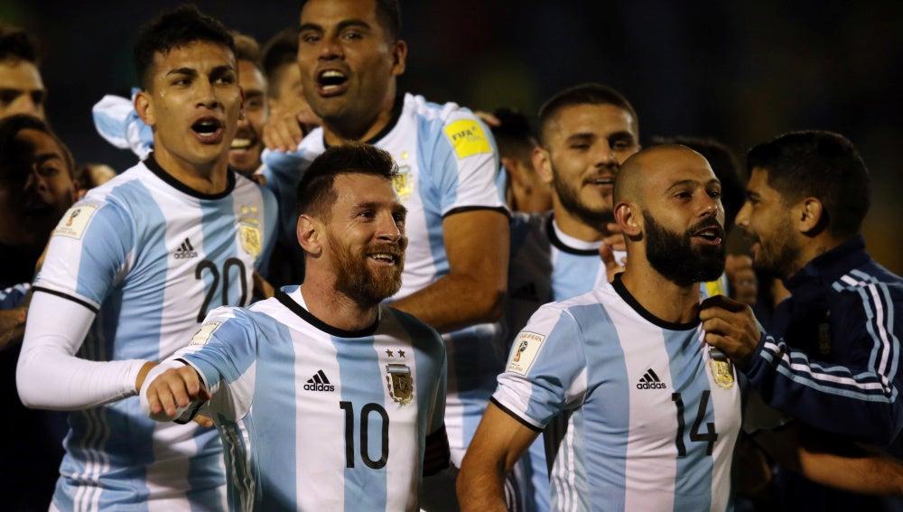 Messi celebra con sus compañeros el pase de Argentina al Mundial