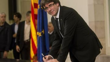 El presidente de la Generalitat, Carles Puigdemont, firma el documento sobre la Independencia