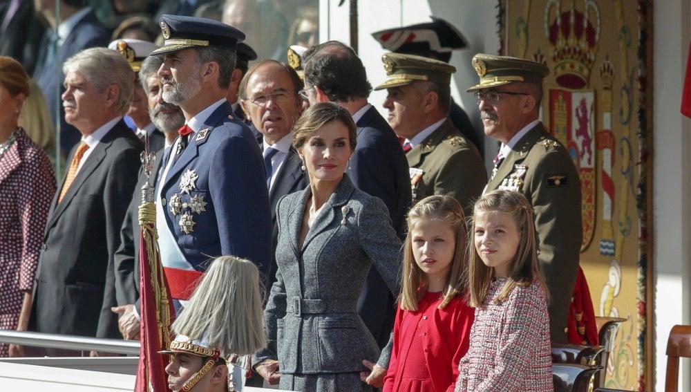 Los Reyes de España junto a sus hijas durante el desfile