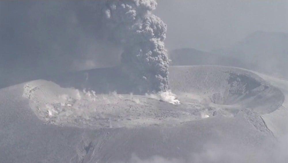 Erupción de un volcán en Japón