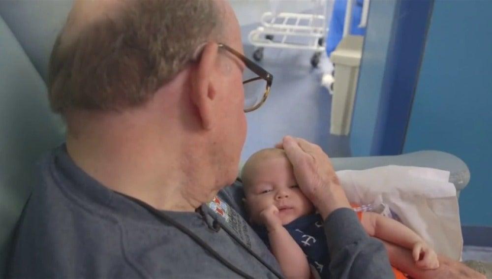 El 'abuelito de la UCI' que cuida a bebés prematuros
