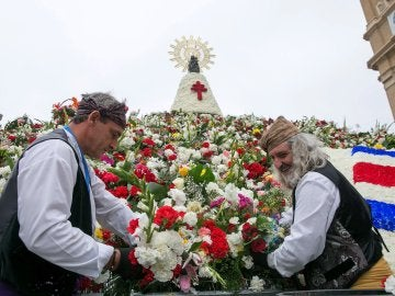 La Virgen del Pilar luce radiante con un manto multicolor de miles de flores