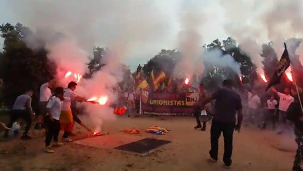Grupos de ultraderecha queman esteladas en una manifestación en las calles de Barcelona
