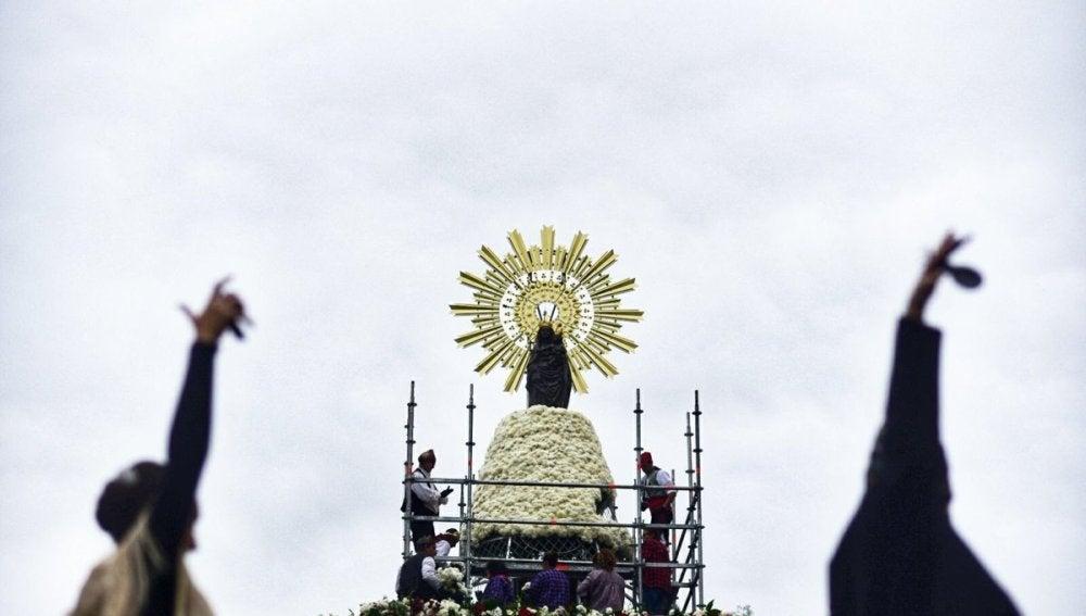 Más de 90 grupos depositan ya sus ramos en la Ofrenda de Flores a la Virgen del Pilar