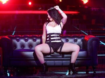 Lucía Gil sube la temperatura con el éxito 'Mayores' de Becky G.