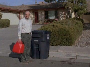 Walter White con su casa de fondo