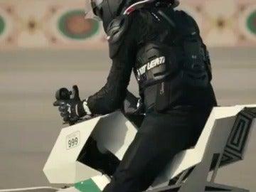 La policía de Dubai patrullará las calles a bordo de motos voladoras