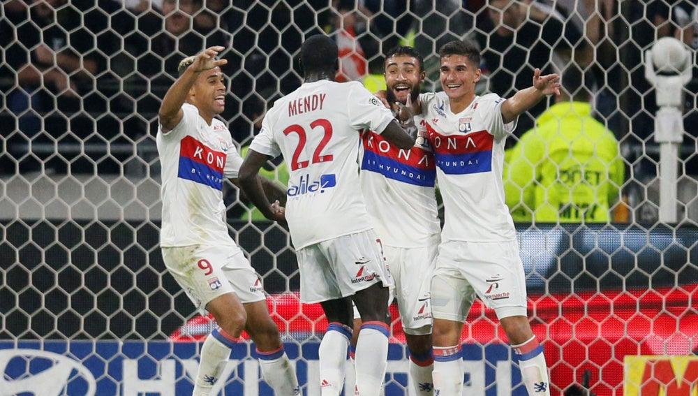 Mariano celebra con sus compañeros un gol del Olympique de Lyon