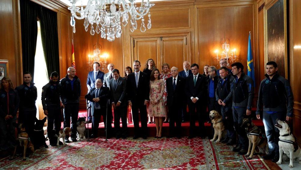 Los Reyes posan para la foto de familia durante su audiencia