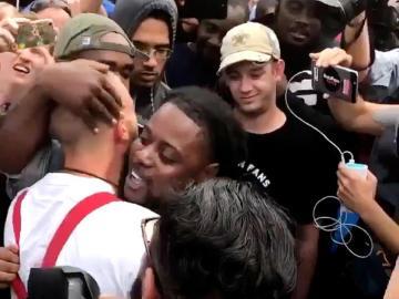 Un joven afroamericano abraza a un neonazi en Florida