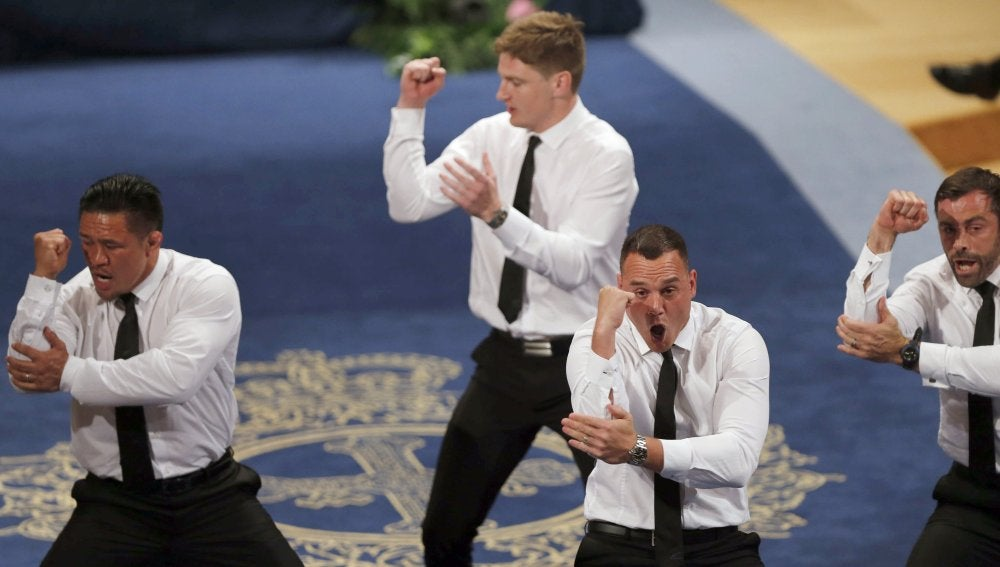 Los All Blacks interpretan la haka en Oviedo