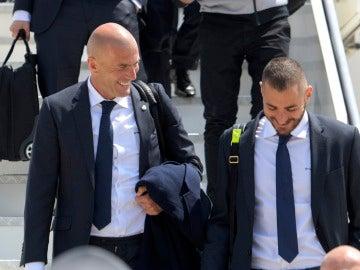 Zidane conversa con Benzema en un desplazamiento del Real Madrid