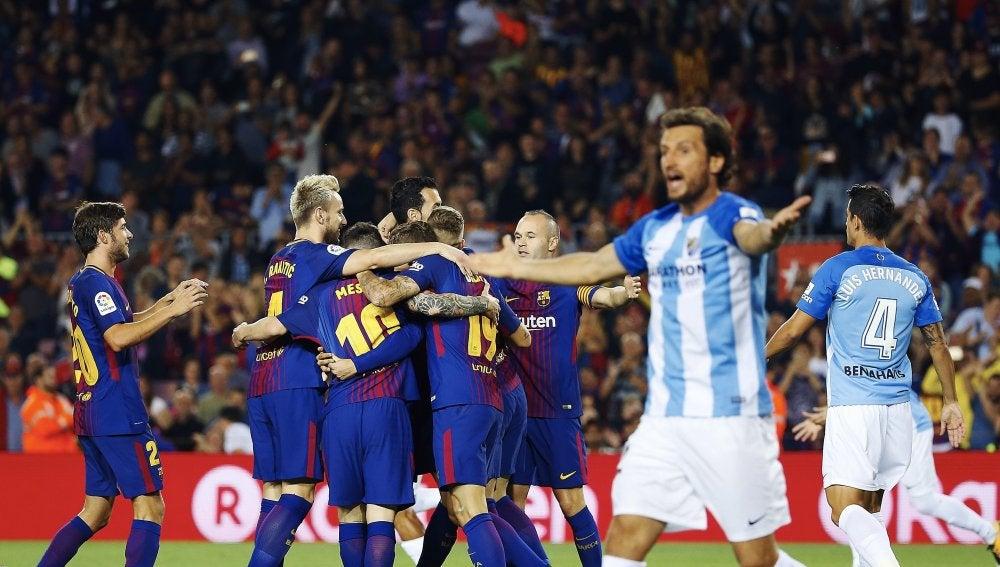 Deulofeu celebra el 1-0 ante las protestas de los jugadores del Málaga