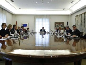 Primera imagen de la reunión extraordinaria del Consejo de Ministros para frenar a Puigdemont