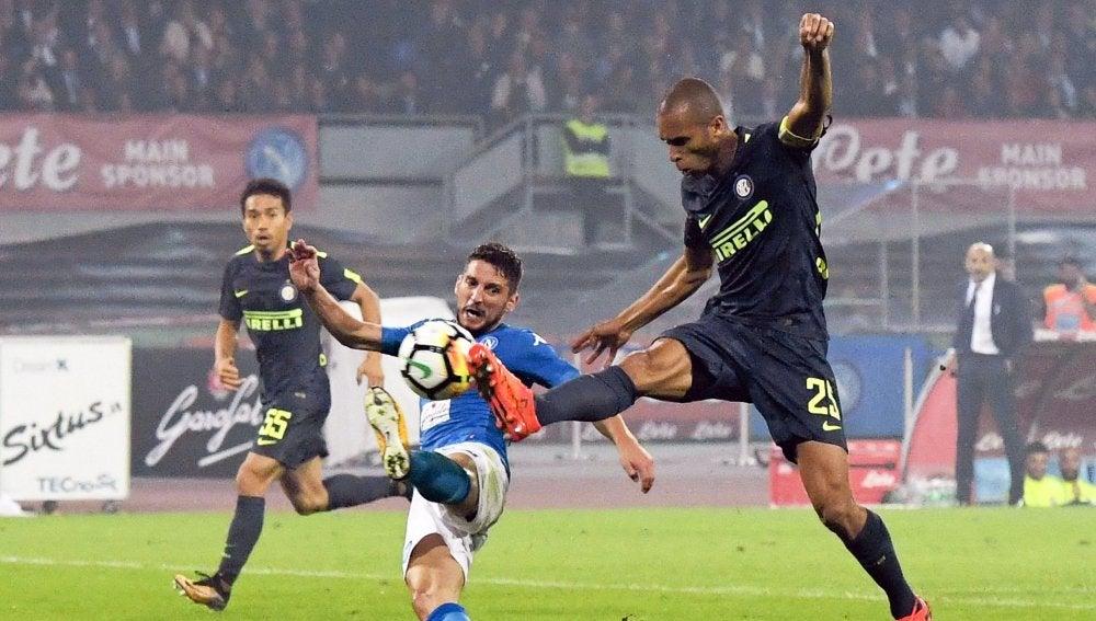 Disputa de balón en el Nápoles - Inter