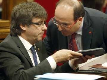 Carles Puigdemont y Miquel Iceta, en un pleno del Parlament