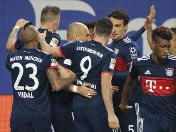 Los jugadores del Bayern celebra el gol de la victoria ante el Hamburgo