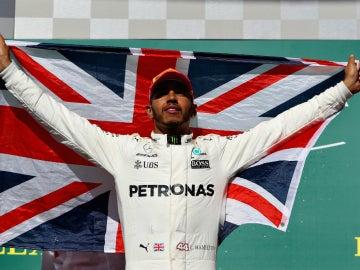 Hamilton celebra la victoria con la bandera del Reino Unido