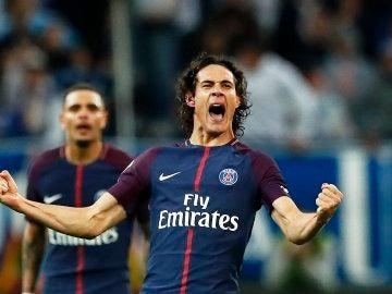 Cavani celebra su gol con el PSG