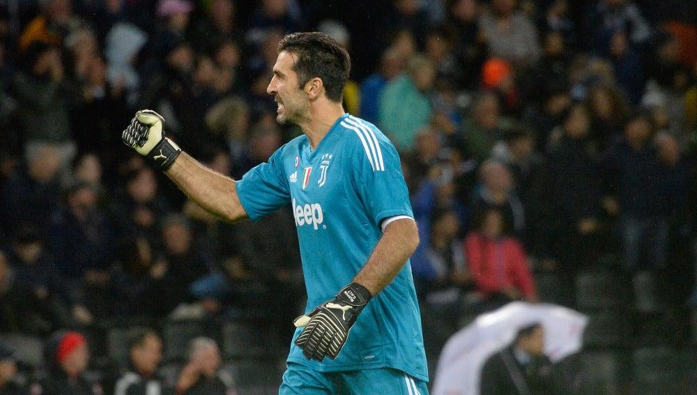 Buffon celebra el triunfo de la Juventus en Italia