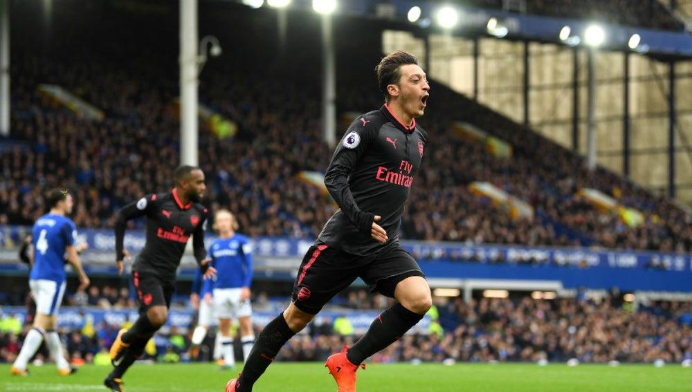 Ozil celebra un gol