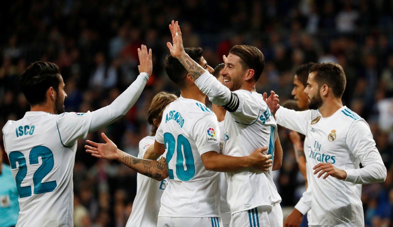 Los jugadores del Real Madrid celebran un gol del equipo blanco