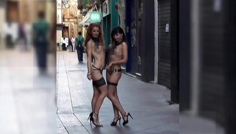 Rodaje con escenas de desnudos en plena calle en el centro de Sevilla